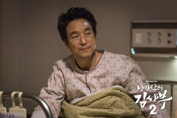 5 khoảnh khắc gây đau tim ở Người Thầy Y Đức 2: Tạt nước sôi vào mặt kẻ cưỡng hiếp, Lee Sung Kyung mất máu vì ngăn ẩu đả - Ảnh 2.
