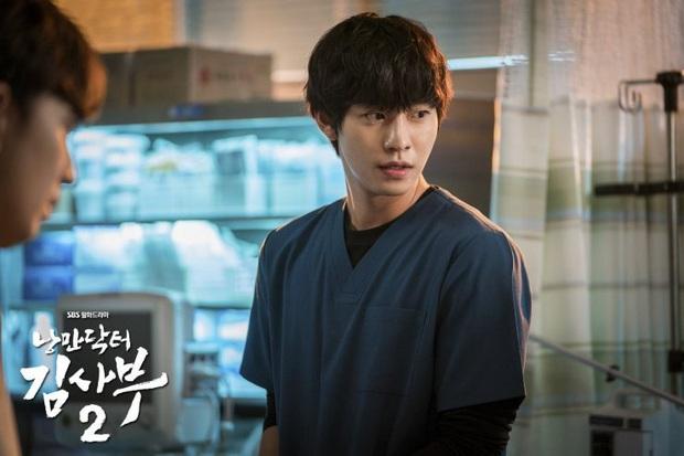 5 khoảnh khắc gây đau tim ở Người Thầy Y Đức 2: Tạt nước sôi vào mặt kẻ cưỡng hiếp, Lee Sung Kyung mất máu vì ngăn ẩu đả - Ảnh 9.