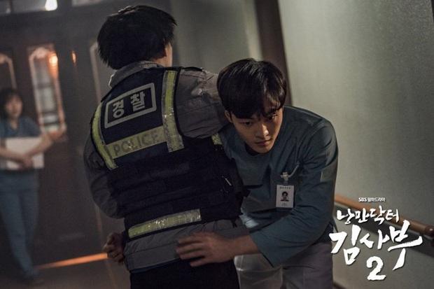 5 khoảnh khắc gây đau tim ở Người Thầy Y Đức 2: Tạt nước sôi vào mặt kẻ cưỡng hiếp, Lee Sung Kyung mất máu vì ngăn ẩu đả - Ảnh 5.