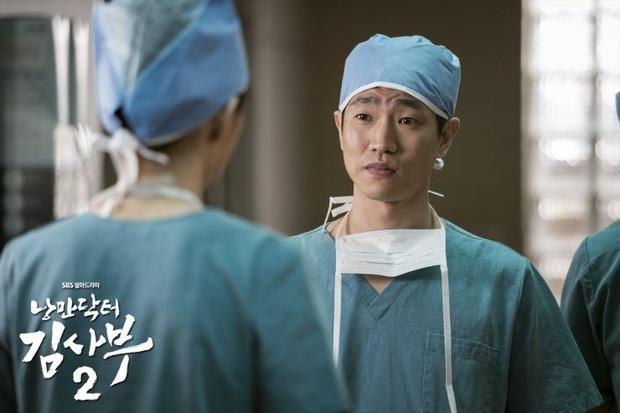 5 khoảnh khắc gây đau tim ở Người Thầy Y Đức 2: Tạt nước sôi vào mặt kẻ cưỡng hiếp, Lee Sung Kyung mất máu vì ngăn ẩu đả - Ảnh 3.