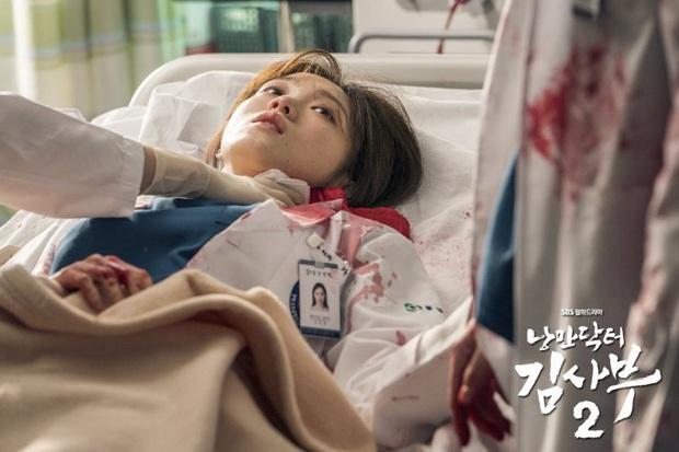 5 khoảnh khắc gây đau tim ở Người Thầy Y Đức 2: Tạt nước sôi vào mặt kẻ cưỡng hiếp, Lee Sung Kyung mất máu vì ngăn ẩu đả - Ảnh 7.