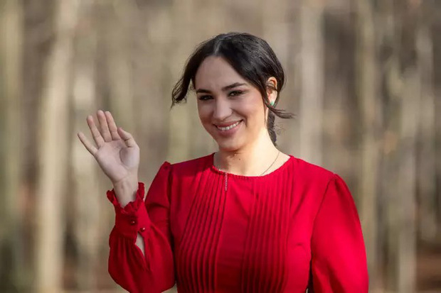 Nữ tiếp viên hàng không nổi tiếng vì vẻ ngoài giống Meghan Markle, kiếm bộn tiền nhờ việc đóng giả nàng dâu Hoàng gia Anh - Ảnh 4.