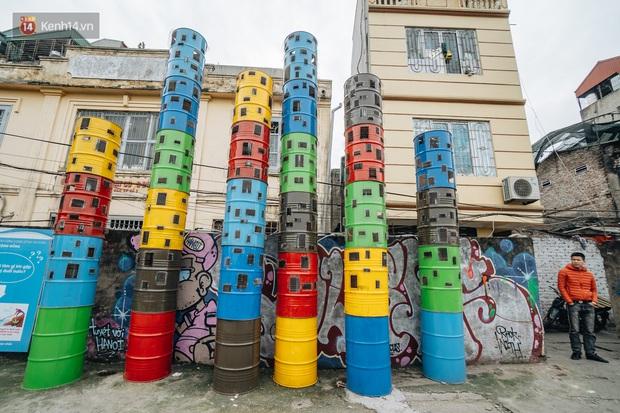 Chùm ảnh: Khi bãi tập kết rác ven sông Hồng trở thành 16 tác phẩm nghệ thuật đương đại - Ảnh 3.