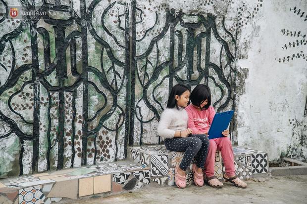 Chùm ảnh: Khi bãi tập kết rác ven sông Hồng trở thành 16 tác phẩm nghệ thuật đương đại - Ảnh 9.