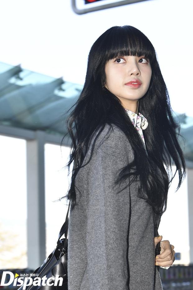 Lisa và IU gây nổ tại sân bay: Em út BLACKPINK lột xác bánh bèo, nhưng đôi chân nổi tiếng lại bị em gái quốc dân lấn át - Ảnh 4.