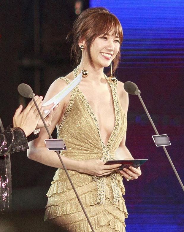 Vừa giảm 2kg, Hari Won đã khiến dân tình xốn xang với hình ảnh mới: Vai trần, vòng 1 lấp ló đầy gợi cảm! - Ảnh 4.