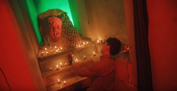 Bóc tách MV mới của Orange do Denis Đặng làm giám đốc sáng tạo: chiếc bàn thờ bí ẩn, thân thế của các nhân vật và loạt tạo hình nhặt nhạnh mỗi nơi một ít - Ảnh 8.