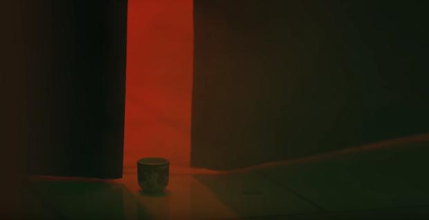 Bóc tách MV mới của Orange do Denis Đặng làm giám đốc sáng tạo: chiếc bàn thờ bí ẩn, thân thế của các nhân vật và loạt tạo hình nhặt nhạnh mỗi nơi một ít - Ảnh 9.