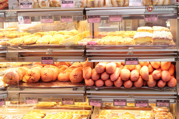 """Ăn thử bánh mì thanh long đang """"gây bão"""" Sài Gòn hiện tại, liệu hương vị có gì khác biệt so với loại bình thường ta vẫn hay ăn? - Ảnh 2."""