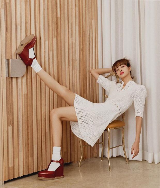 Cùng diện váy bánh bèo, Park Min Young xinh rất xinh nhưng không lấn át được Lisa với đôi giày đế độn hàng khủng - Ảnh 1.