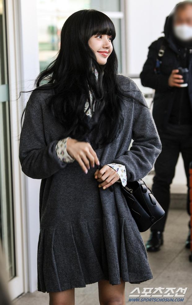 Lisa và IU gây nổ tại sân bay: Em út BLACKPINK lột xác bánh bèo, nhưng đôi chân nổi tiếng lại bị em gái quốc dân lấn át - Ảnh 5.