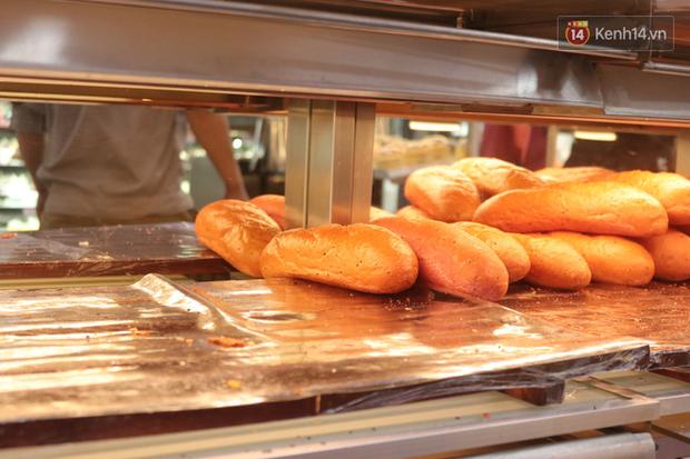 """Ăn thử bánh mì thanh long đang """"gây bão"""" Sài Gòn hiện tại, liệu hương vị có gì khác biệt so với loại bình thường ta vẫn hay ăn? - Ảnh 20."""
