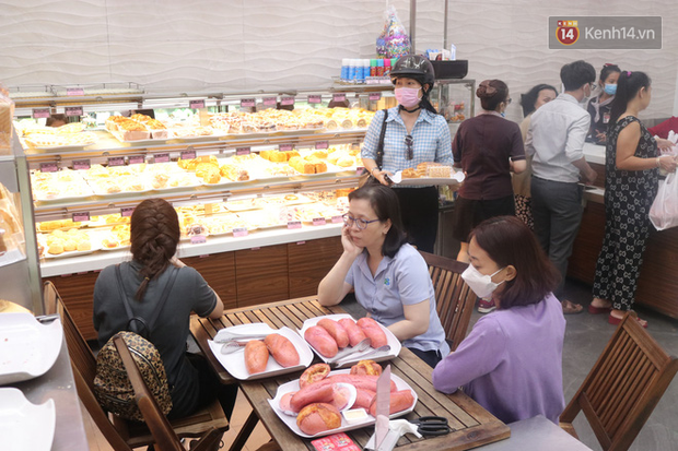 """Ăn thử bánh mì thanh long đang """"gây bão"""" Sài Gòn hiện tại, liệu hương vị có gì khác biệt so với loại bình thường ta vẫn hay ăn? - Ảnh 13."""