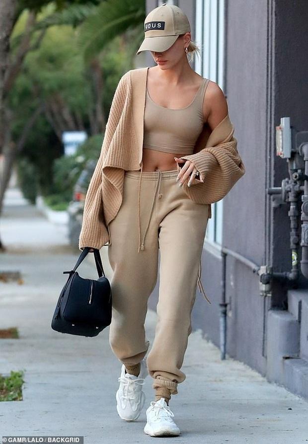 Vừa thừa nhận quá khứ với Selena, Justin Bieber đã cùng vợ tình tứ dạo phố, nhưng sao biểu cảm của Hailey đáng lo quá? - Ảnh 4.