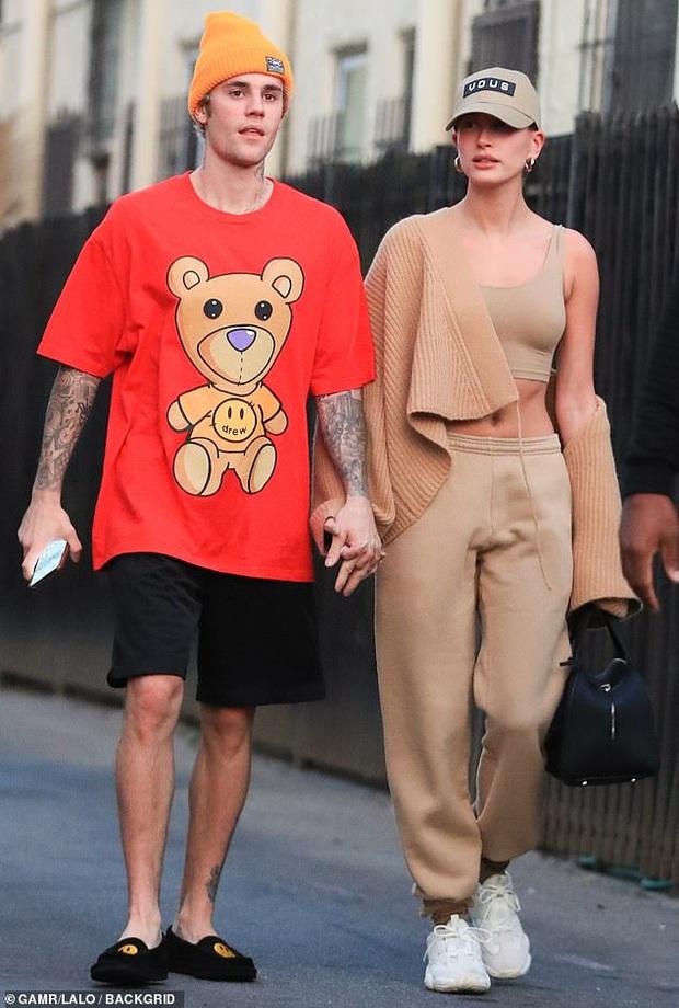 Vừa thừa nhận quá khứ với Selena, Justin Bieber đã cùng vợ tình tứ dạo phố, nhưng sao biểu cảm của Hailey đáng lo quá? - Ảnh 2.