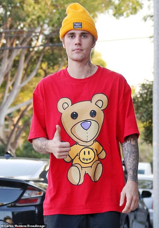 Vừa thừa nhận quá khứ với Selena, Justin Bieber đã cùng vợ tình tứ dạo phố, nhưng sao biểu cảm của Hailey đáng lo quá? - Ảnh 6.