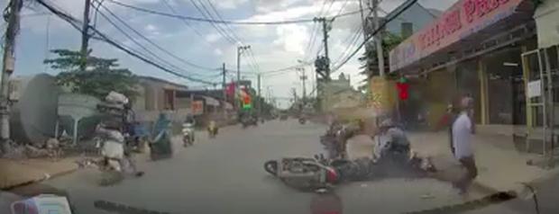 Nhóm cướp vàng dùng bình xịt hơi cay tấn công người đi đường ở Sài Gòn - Ảnh 1.