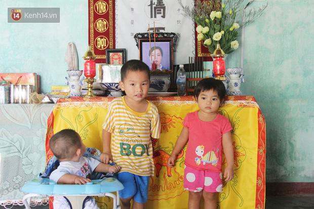 Vợ mất sau khi sinh, chồng một nách ôm 3 đứa con khờ dại: Sao ba để mẹ ngồi đó mà không xuống chơi với con - Ảnh 1.