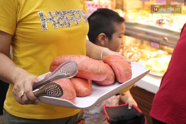 """Ăn thử bánh mì thanh long đang """"gây bão"""" Sài Gòn hiện tại, liệu hương vị có gì khác biệt so với loại bình thường ta vẫn hay ăn? - Ảnh 19."""
