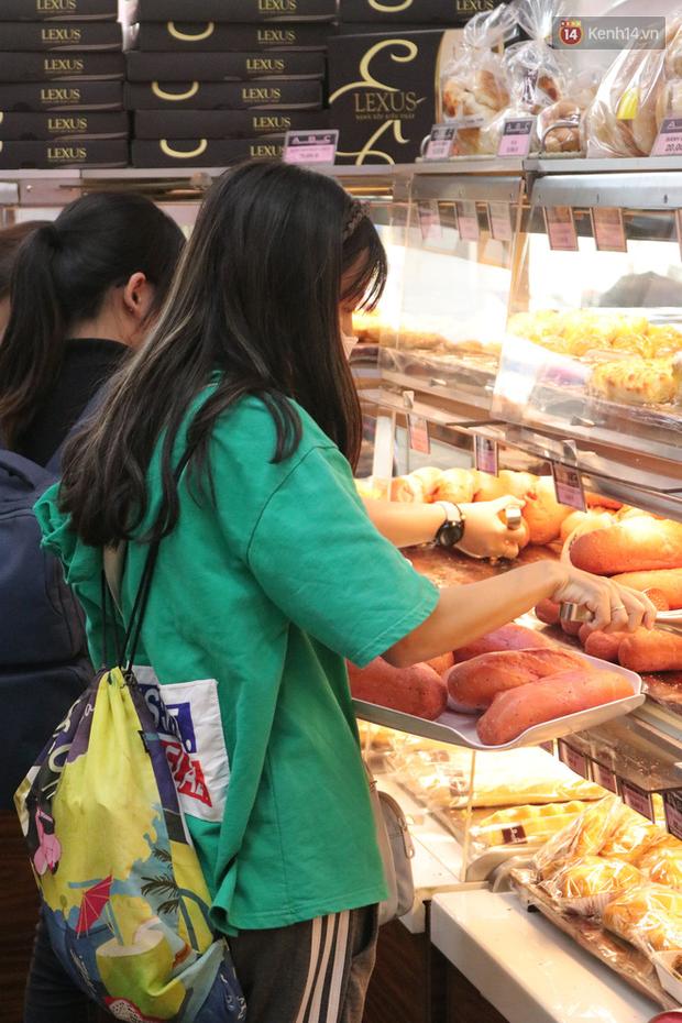 """Ăn thử bánh mì thanh long đang """"gây bão"""" Sài Gòn hiện tại, liệu hương vị có gì khác biệt so với loại bình thường ta vẫn hay ăn? - Ảnh 18."""