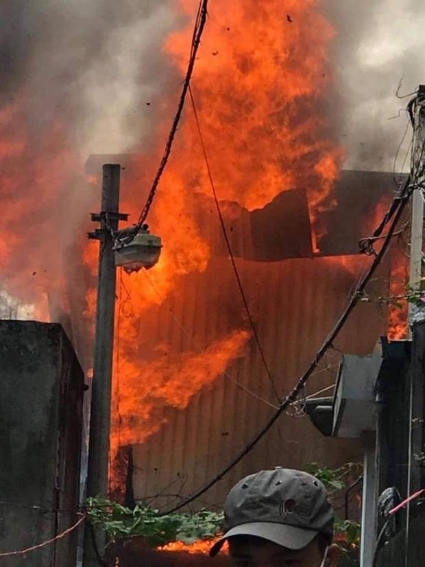 Xưởng mộc ở Hà Nội bùng cháy kinh hoàng, khói lửa bốc cao hàng chục mét - Ảnh 1.
