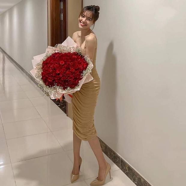 Ninh Dương Lan Ngọc khoe hoa dịp Valentine, dân tình nhanh chóng phát hiện địa điểm check-in chính tại nhà của Chi Dân? - Ảnh 1.