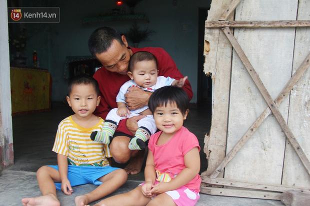 Vợ mất sau khi sinh, chồng một nách ôm 3 đứa con khờ dại: Sao ba để mẹ ngồi đó mà không xuống chơi với con - Ảnh 9.