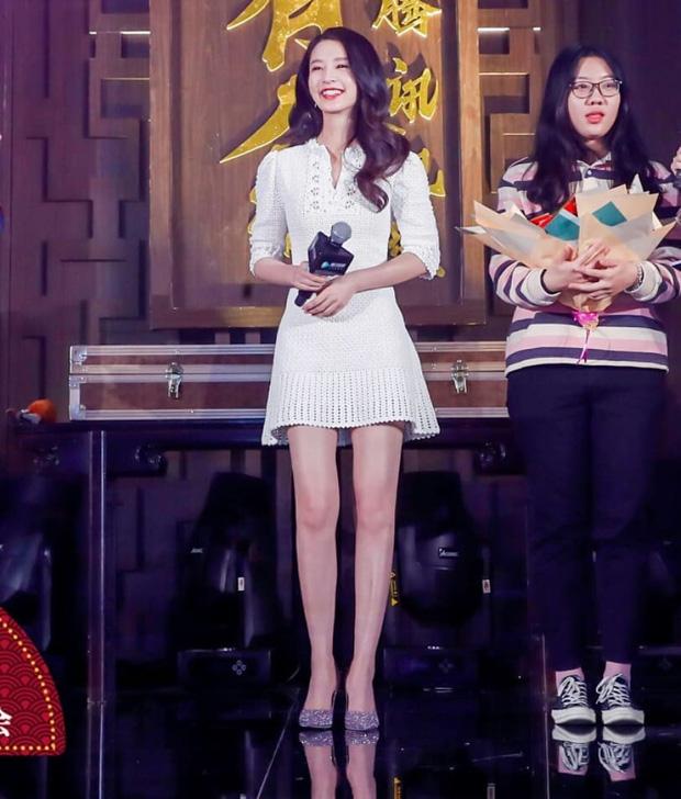 Cùng diện váy bánh bèo, Park Min Young xinh rất xinh nhưng không lấn át được Lisa với đôi giày đế độn hàng khủng - Ảnh 4.