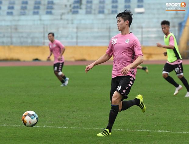 Duy Mạnh phản hồi hài hước màu áo mới của Hà Nội FC: Lúc tím lúc hồng thì biết là nam hay nữ rồi đấy - Ảnh 5.