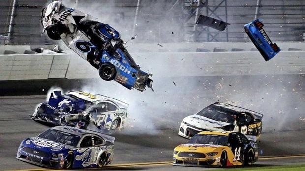 Tai nạn kinh hoàng ở tốc độ 313 km/h khiến tay đua nguy kịch: Hành động thiếu tình người của đối thủ bị chỉ trích, Tổng thống Trump cũng phải đăng đàn cầu nguyện - Ảnh 2.