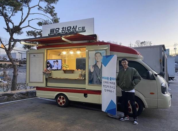 Chiếc xe đồ ăn hot nhất lúc này: do nam tài tử Ký sinh trùng Choi Woo Sik tặng cho đại gia Park Seo Joon của Tầng lớp Itaewon - Ảnh 1.