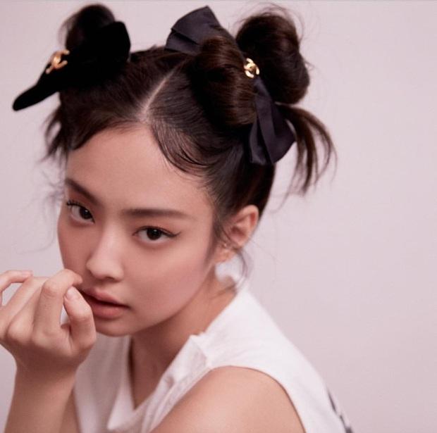 Kiểu tóc búi Pucca người thường diện dễ fail là thế nhưng idol Hàn quẩy lên lại xinh yêu mỹ mãn - Ảnh 3.