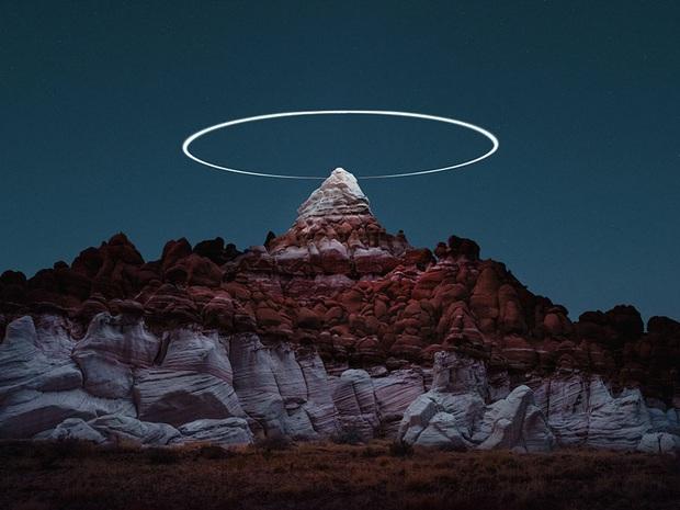 Đỉnh núi xuất hiện hào quang như ma trơi trong đêm: Đầu tư tới mức này để sống ảo thì hiếm ai đọ bằng! - Ảnh 1.