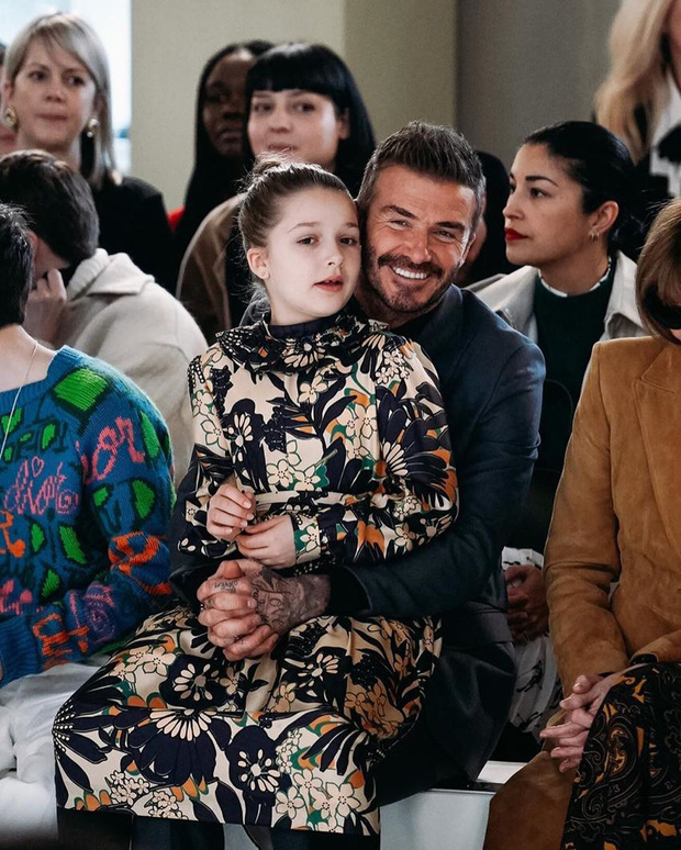 Lần nào dự show của bà Beck, công chúa nhỏ Harper cũng là người ăn diện nhất, chiếm spotlight của cả nhà - Ảnh 2.