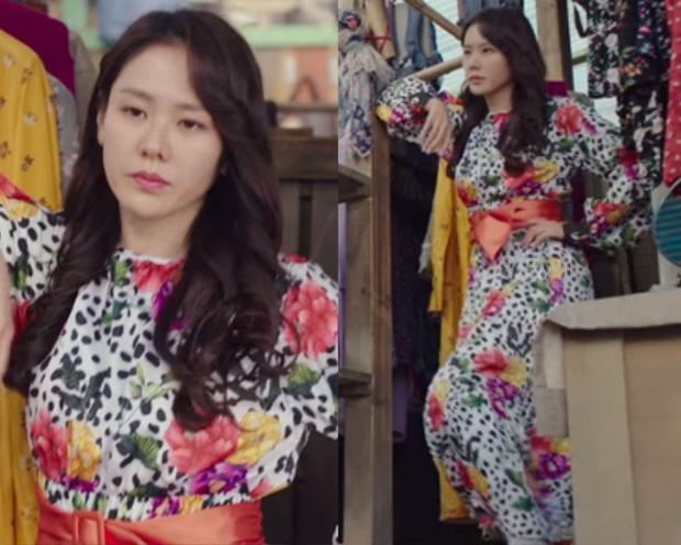 2 chị đẹp Crash Landing On You đều mê váy hoa dáng dài, nàng công sở học ngay vài cách mix để diện khi trời ấm - Ảnh 2.
