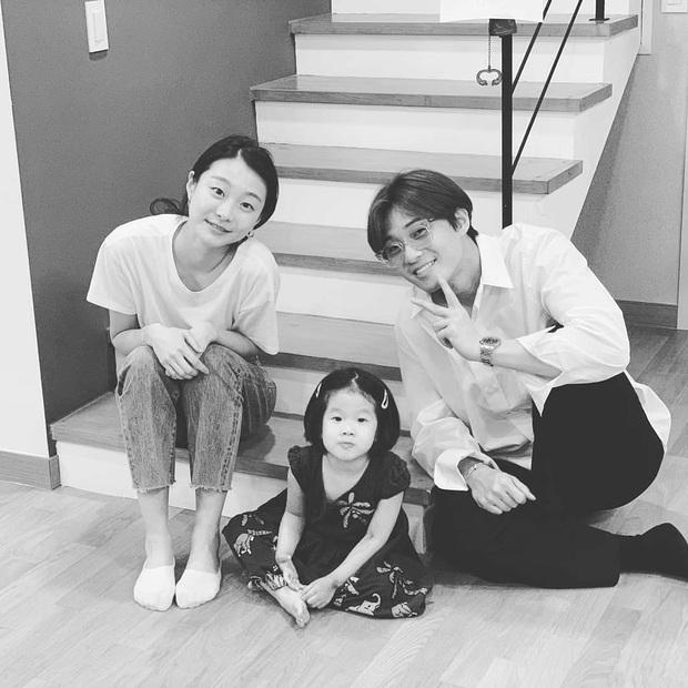 Lộ ảnh nhan sắc khác lạ của đôi Park Seo Joon - Kim Da Mi trước khi làm dân anh chị Tầng Lớp Itaewon - Ảnh 1.