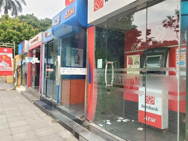 Tiếp xúc hàng trăm người/ngày nhưng ATM không có nước sát khuẩn, cồn rửa tay phòng Covid-19 - Ảnh 5.
