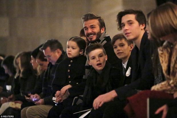 Lần nào dự show của bà Beck, công chúa nhỏ Harper cũng là người ăn diện nhất, chiếm spotlight của cả nhà - Ảnh 11.
