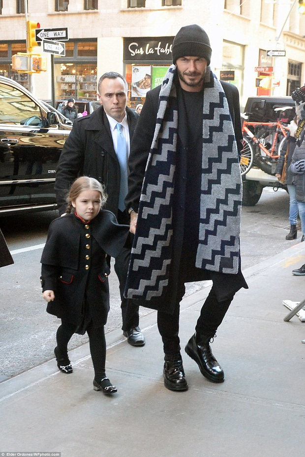 Lần nào dự show của bà Beck, công chúa nhỏ Harper cũng là người ăn diện nhất, chiếm spotlight của cả nhà - Ảnh 12.