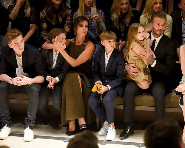 Lần nào dự show của bà Beck, công chúa nhỏ Harper cũng là người ăn diện nhất, chiếm spotlight của cả nhà - Ảnh 13.