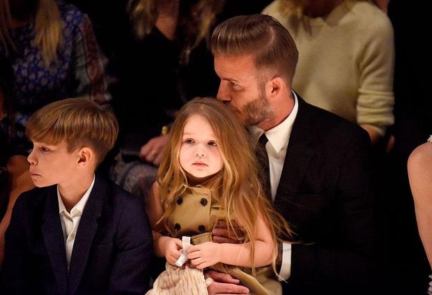 Lần nào dự show của bà Beck, công chúa nhỏ Harper cũng là người ăn diện nhất, chiếm spotlight của cả nhà - Ảnh 14.
