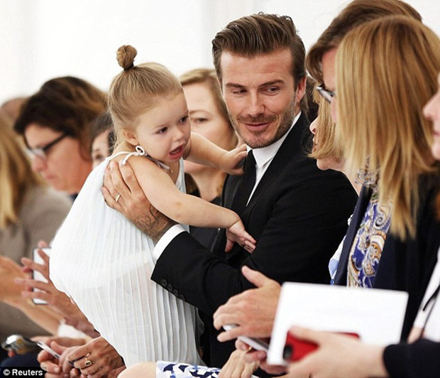 Lần nào dự show của bà Beck, công chúa nhỏ Harper cũng là người ăn diện nhất, chiếm spotlight của cả nhà - Ảnh 15.
