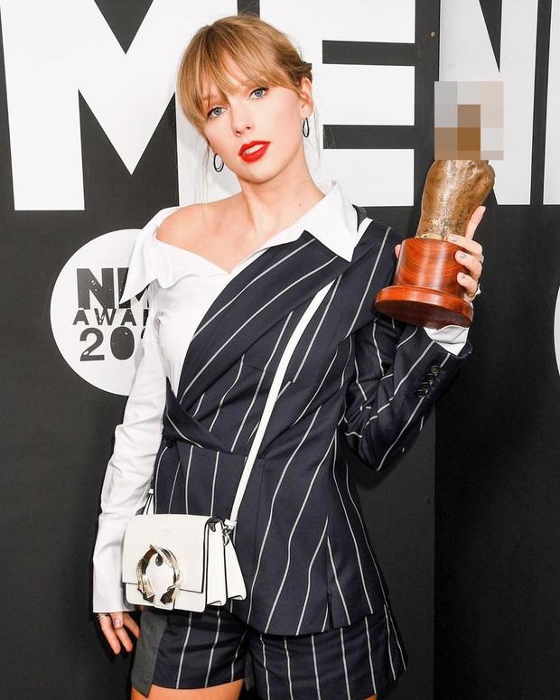 Góc cười ná thở: Taylor Swift bất ngờ xuyên không và đổi tên thành Bạch Triển Đường, tất cả là vì 1 chiếc áo? - Ảnh 2.
