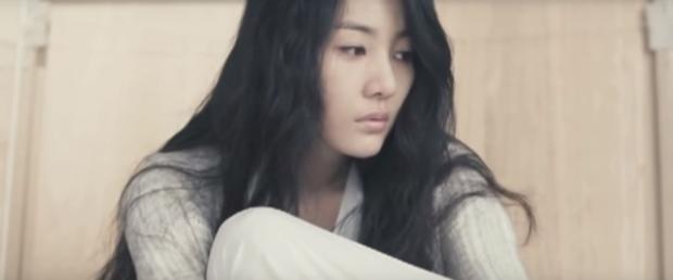 Bạn có nhận ra chị dâu trời hành của Son Ye Jin ở Crash Landing on You là nữ chính MV đình đám Sick Enough To Die một thời? - Ảnh 2.