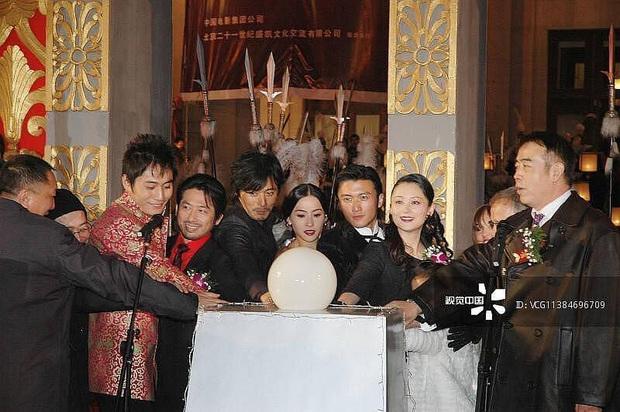 Ảnh cũ 14 năm trước của Trương Bá Chi - Tạ Đình Phong hot trở lại, gây chú ý nhất lại là cô nhóc giờ đây đã trở thành mỹ nhân - Ảnh 1.