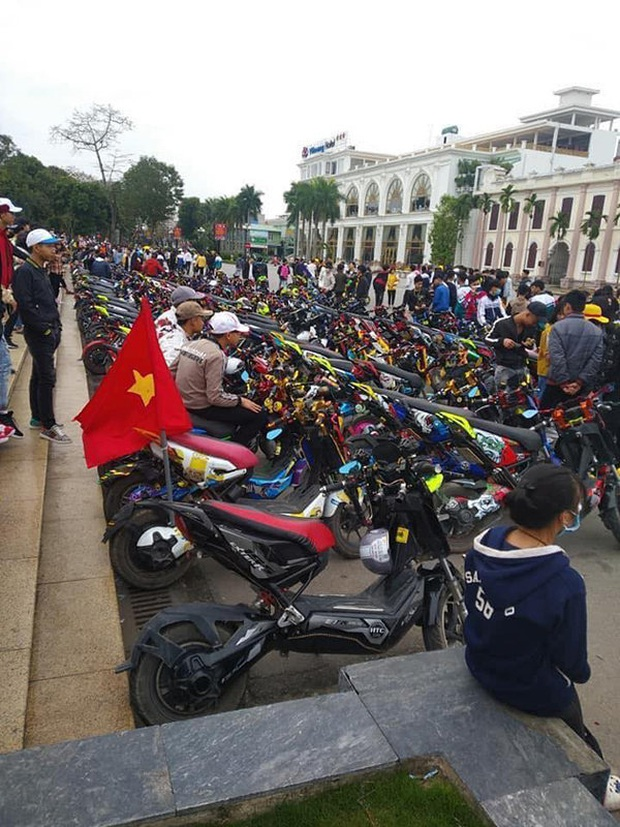 Phẫn nộ cảnh hàng trăm học sinh Nam Định tham gia off team xe điện giữa lúc được nghỉ học tránh dịch Covid-19 - Ảnh 2.