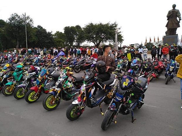 Phẫn nộ cảnh hàng trăm học sinh Nam Định tham gia off team xe điện giữa lúc được nghỉ học tránh dịch Covid-19 - Ảnh 1.