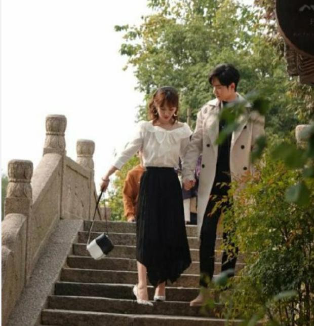 Hậu trường Dư Sinh: Tiêu Chiến hết xoa đầu lại nhìn Dương Tử say đắm trong ngày cưới - Ảnh 5.
