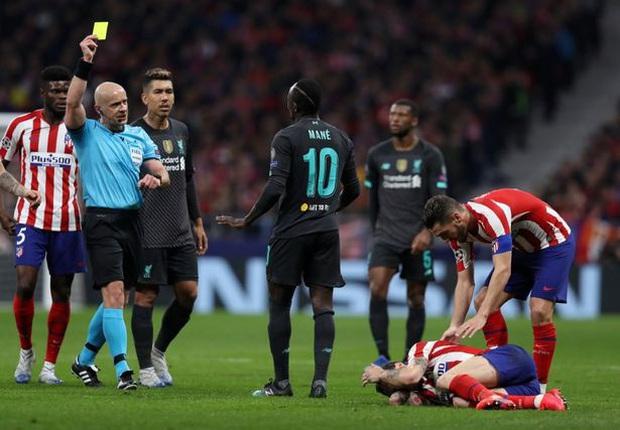 Tiền đạo Liverpool may mắn thoát thẻ đỏ sau hàng loạt tình huống trả đũa nguy hiểm - Ảnh 2.