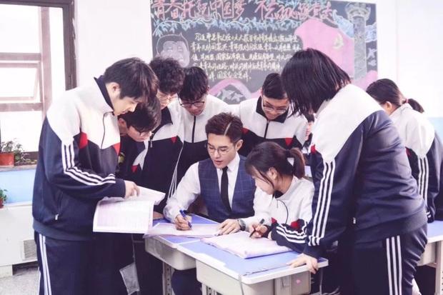 Thêm một thầy giáo gây sốt với ngoại hình đậm chất soái ca, biết profile lại càng trầm trồ hơn nữa - Ảnh 1.